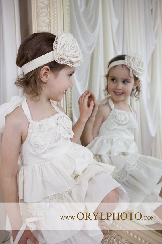 Beautifu طبیعی عاج بژ لباس ژولیده با توری و گل. بازو آزاد است. تمام اندازه ها