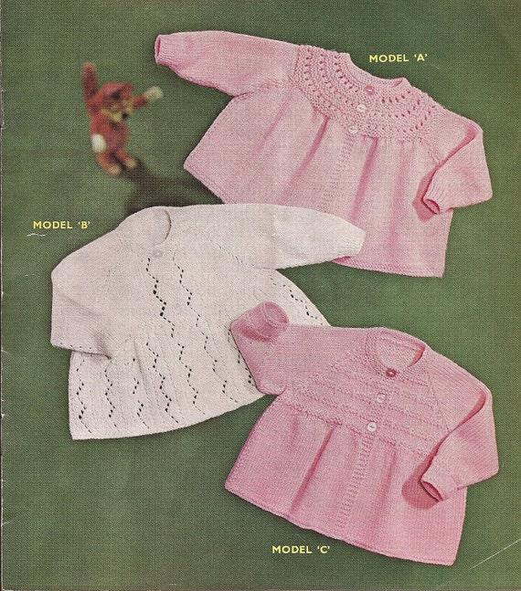 Pembe ve beyaz bebek hırkaları